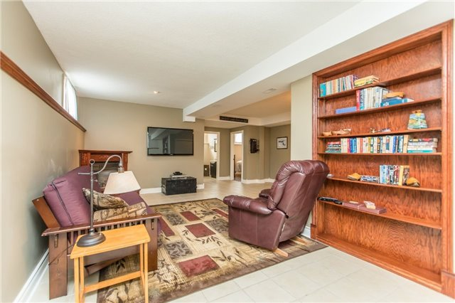 Detached at 21 Gore Dr, Barrie, Ontario. Image 8
