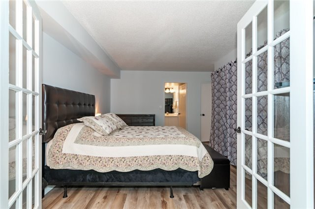 Condo Apartment at 140 Dunlop St, Unit 905, Barrie, Ontario. Image 2