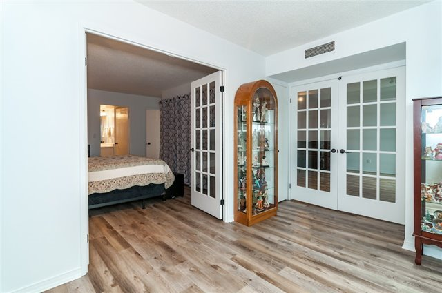 Condo Apartment at 140 Dunlop St, Unit 905, Barrie, Ontario. Image 4