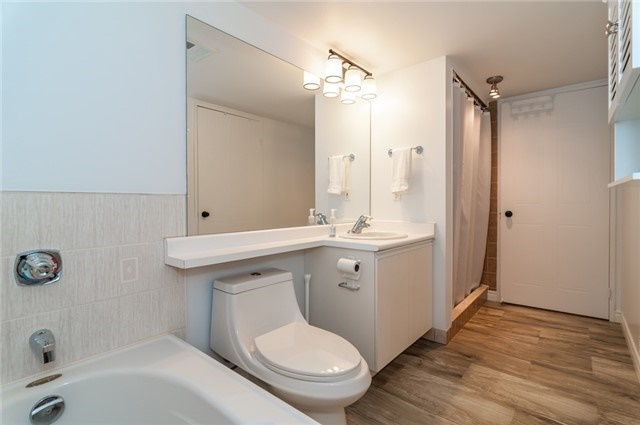 Condo Apartment at 140 Dunlop St, Unit 905, Barrie, Ontario. Image 6
