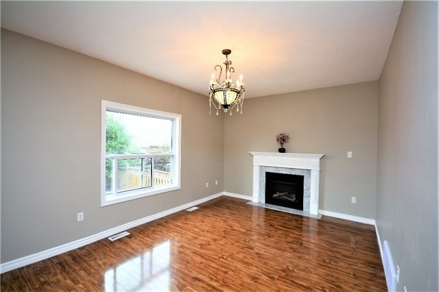 Detached at 8 Cheltenham Rd, Barrie, Ontario. Image 3