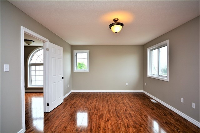 Detached at 8 Cheltenham Rd, Barrie, Ontario. Image 5