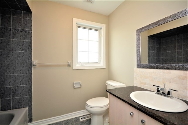 Detached at 8 Cheltenham Rd, Barrie, Ontario. Image 6