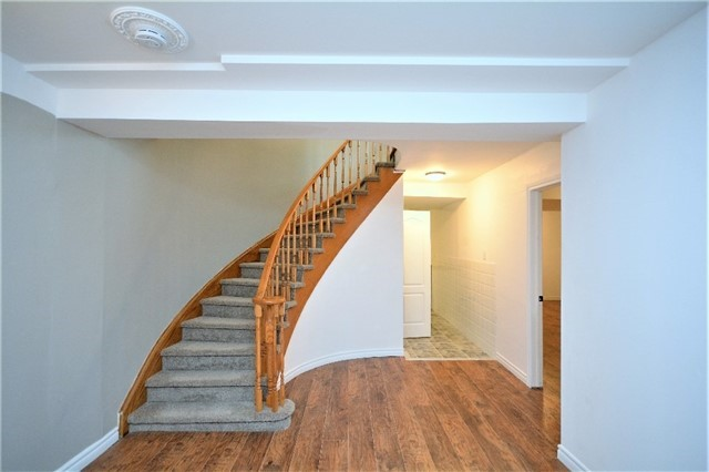Detached at 8 Cheltenham Rd, Barrie, Ontario. Image 10