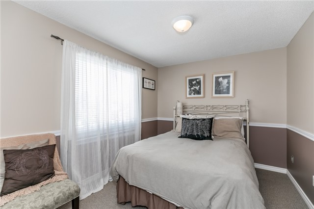 Detached at 60 Hadden Cres, Barrie, Ontario. Image 4