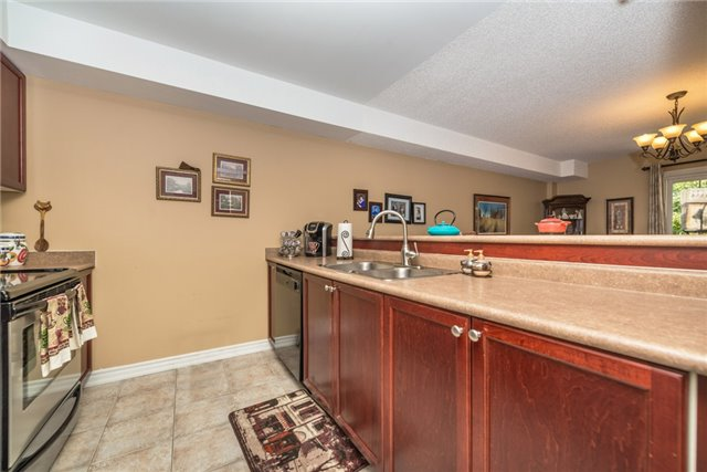 Condo Apartment at 39 Coulter St, Unit 13, Barrie, Ontario. Image 16