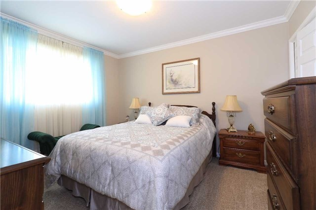 Detached at 41 Springhome Rd, Barrie, Ontario. Image 2