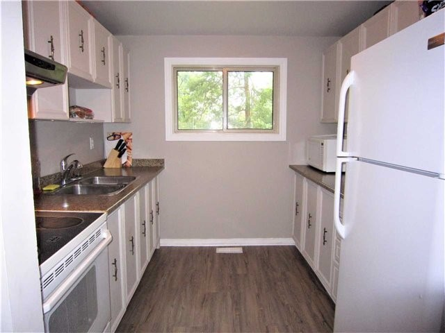 Condo Townhouse at 7 Pheasant Tr, Barrie, Ontario. Image 8