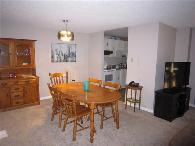 Condo Townhouse at 7 Pheasant Tr, Barrie, Ontario. Image 9