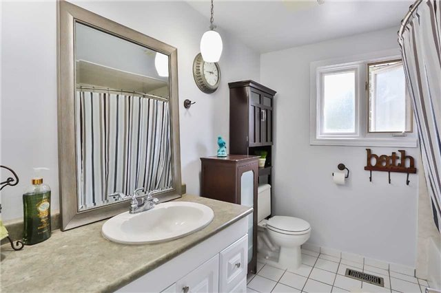Detached at 15 Meadowland Ave, Barrie, Ontario. Image 4
