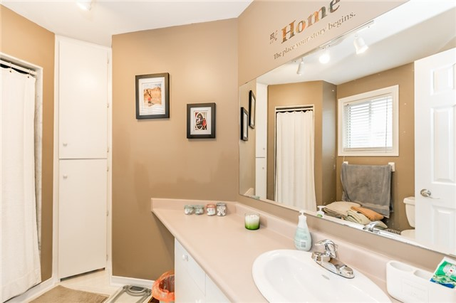 Detached at 5 Morton Cres, Barrie, Ontario. Image 4