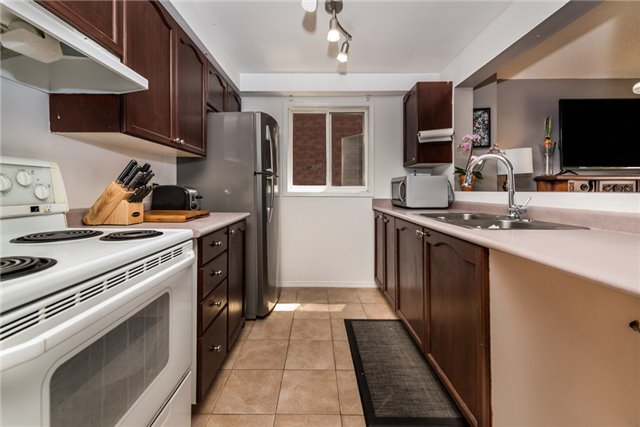 Townhouse at 10 Weymouth Rd, Barrie, Ontario. Image 11