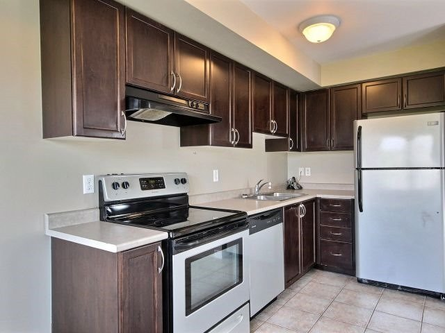 Condo Townhouse at 141 Sydenham Wells, Unit 2, Barrie, Ontario. Image 10