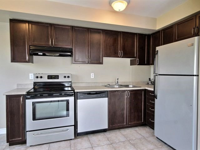 Condo Townhouse at 141 Sydenham Wells, Unit 2, Barrie, Ontario. Image 11