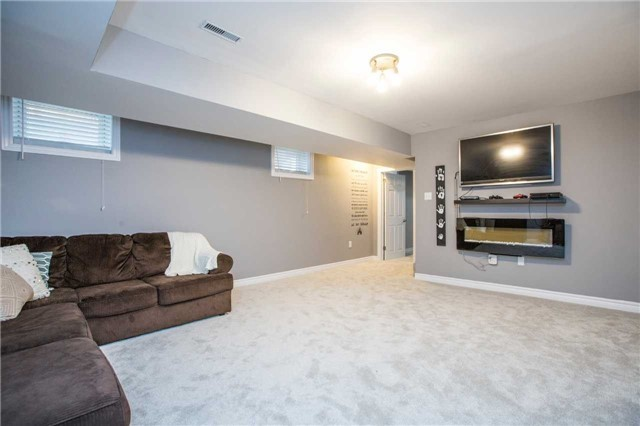 Detached at 34 Crew Crt, Barrie, Ontario. Image 4