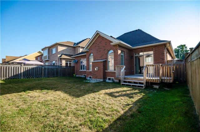 Detached at 31 Royal Park Blvd, Barrie, Ontario. Image 7