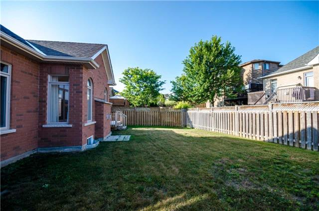 Detached at 31 Royal Park Blvd, Barrie, Ontario. Image 8
