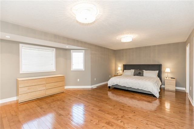 Detached at 50 Sun King Cres, Barrie, Ontario. Image 19