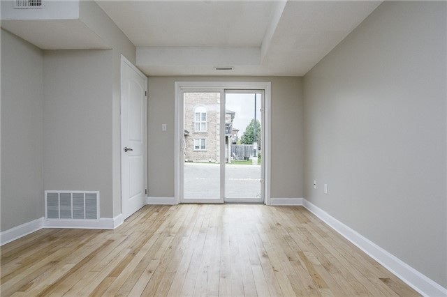 Condo Apartment at 15 Cheltenham Rd, Unit 5, Barrie, Ontario. Image 7