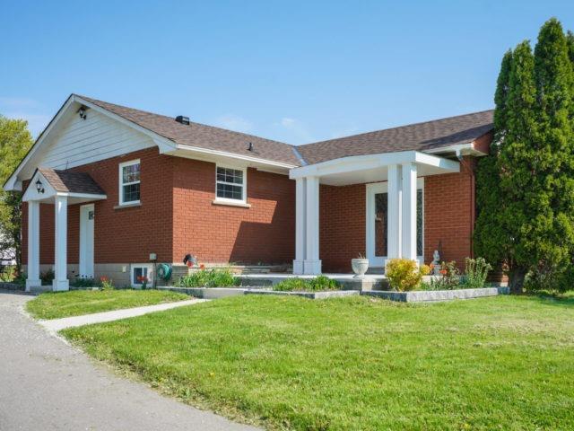 Detached at 211 Burnhamthorpe Rd W, Oakville, Ontario. Image 1