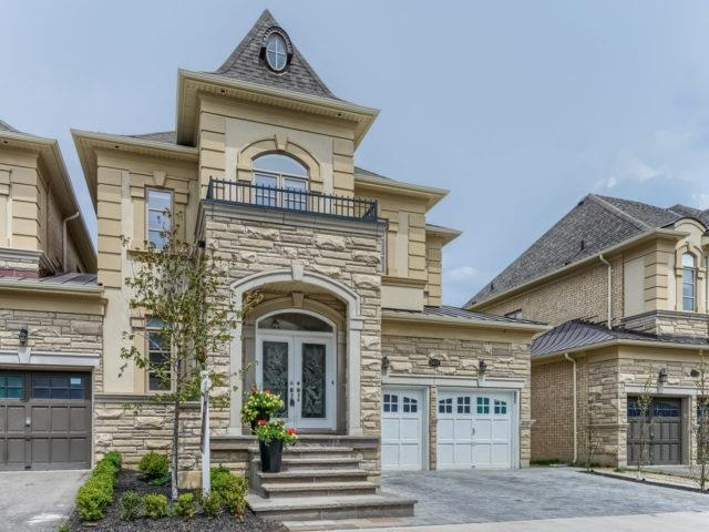 Link at 2437 Chateau Common, Oakville, Ontario. Image 1