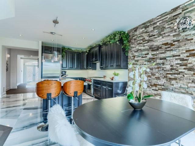 Link at 2437 Chateau Common, Oakville, Ontario. Image 16