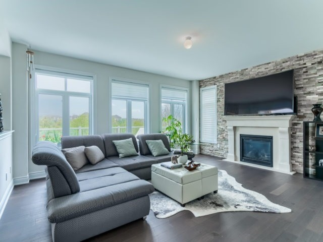 Link at 2437 Chateau Common, Oakville, Ontario. Image 17