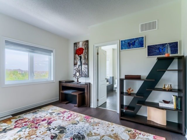 Link at 2437 Chateau Common, Oakville, Ontario. Image 2