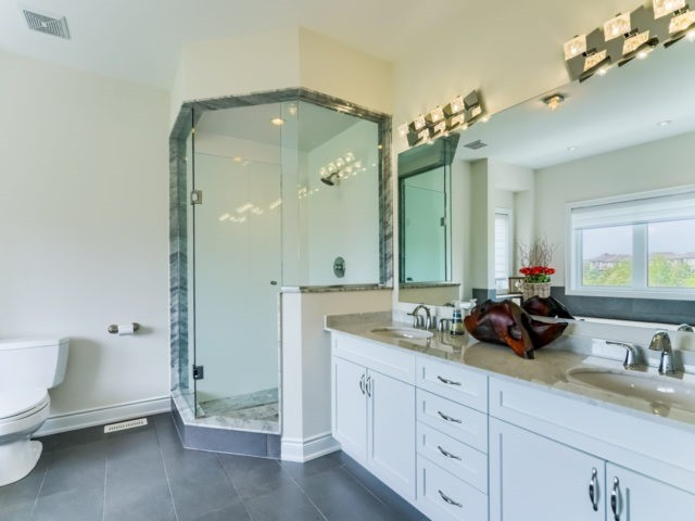 Link at 2437 Chateau Common, Oakville, Ontario. Image 3