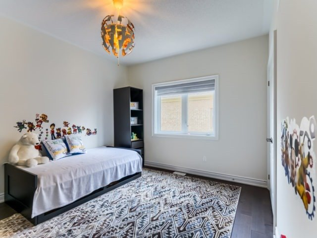 Link at 2437 Chateau Common, Oakville, Ontario. Image 6
