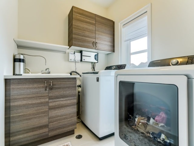 Link at 2437 Chateau Common, Oakville, Ontario. Image 7