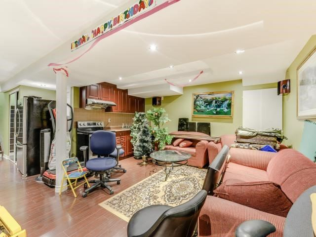 Detached at 9 Bon Echo Tr, Brampton, Ontario. Image 9