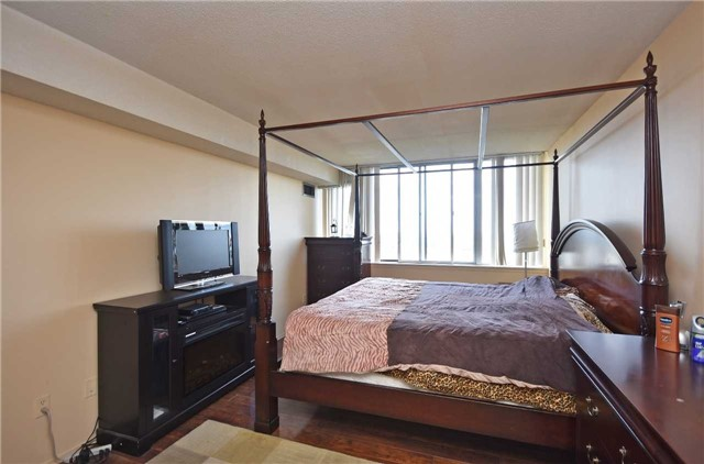 Condo Apartment at 350 Webb Dr, Unit 1206, Mississauga, Ontario. Image 11