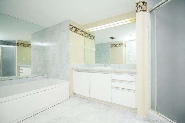 Condo With Common Elements at 100 Lakeshore Rd E, Unit 1004, Oakville, Ontario. Image 3