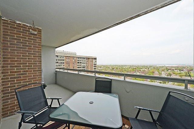 Condo Apartment at 18 Knightsbridge Rd, Unit 1703, Brampton, Ontario. Image 4