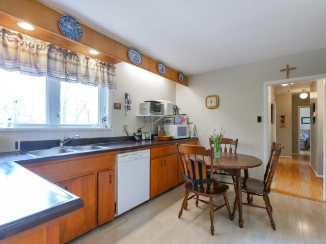 Detached at 1075 Burnhamthorpe Rd W, Oakville, Ontario. Image 3