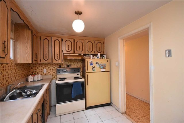 Semi-detached at 7661 Wildfern Rd, Mississauga, Ontario. Image 7