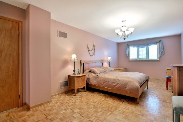 Detached at 4060 Molly Ave, Mississauga, Ontario. Image 3