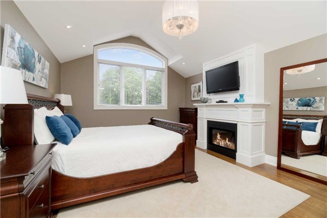 Detached at 1355 Thornhill Dr, Oakville, Ontario. Image 3