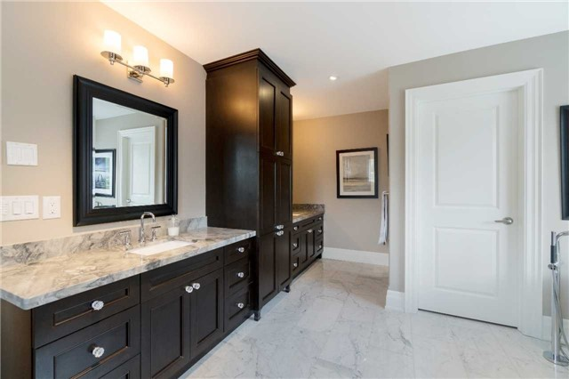 Detached at 1355 Thornhill Dr, Oakville, Ontario. Image 5