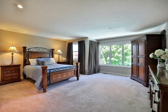 Detached at 1399 Silversmith Dr, Oakville, Ontario. Image 3
