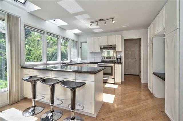 Detached at 3102 Lakeshore Rd W, Oakville, Ontario. Image 5