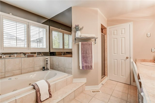 Detached at 1395 Pinery Cres, Oakville, Ontario. Image 5