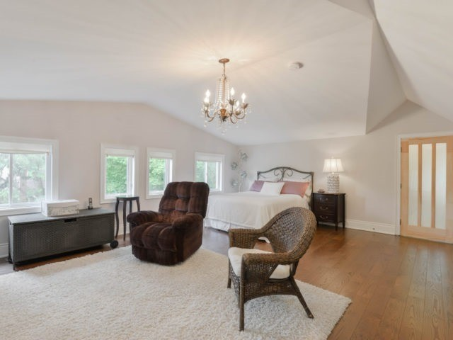 Detached at 8 Maple St, Caledon, Ontario. Image 6