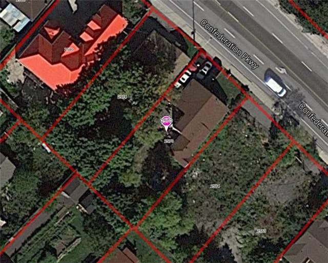 Detached at 2570 Confederation Pkwy, Mississauga, Ontario. Image 2