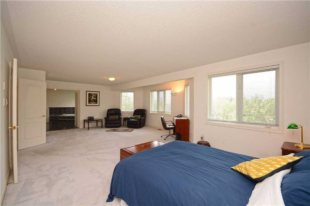 Detached at 5279 Forest Hill Dr, Mississauga, Ontario. Image 4