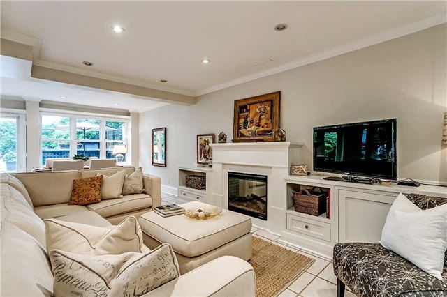 Detached at 230 King St, Oakville, Ontario. Image 3