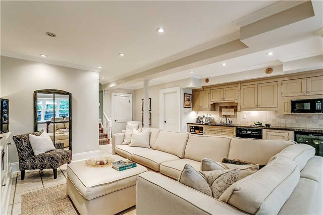 Detached at 230 King St, Oakville, Ontario. Image 4
