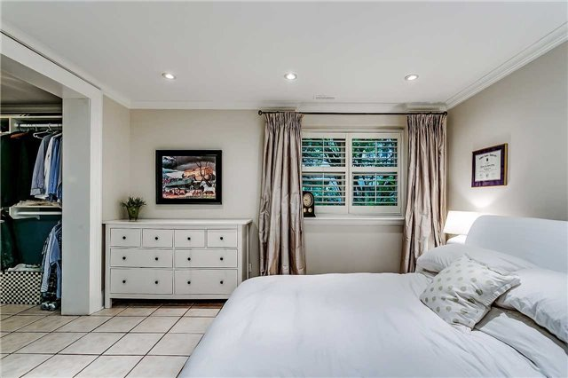 Detached at 230 King St, Oakville, Ontario. Image 7