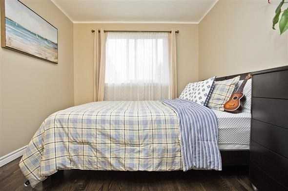 Semi-detached at 3297 Grechen Rd, Mississauga, Ontario. Image 3
